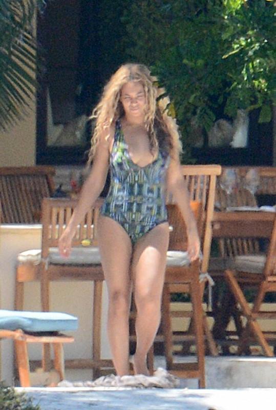 Beyoncé u hotelového bazénu na Miami Beach