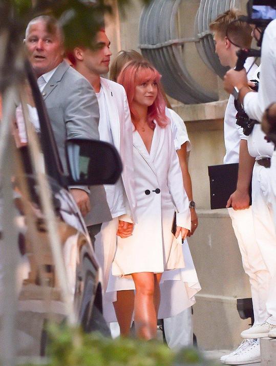 Dorazila i nejlepší kamarádka nevěsty, herečka Maisie Williams s přítelem.