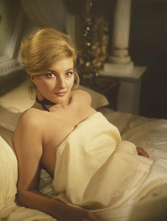 Bývalá herečka patří k nejkrásnějším představitelkám Bond girls.