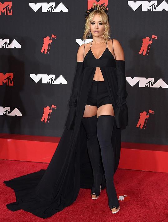 Rita Ora na sobě měla nezvykle hodně látky.