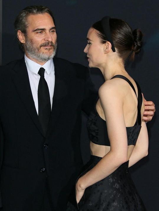 S herečkou Rooney Marou má syna.