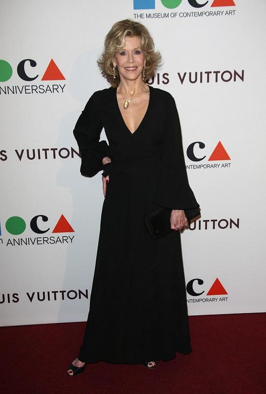 Jane Fonda nepřestává zářit.