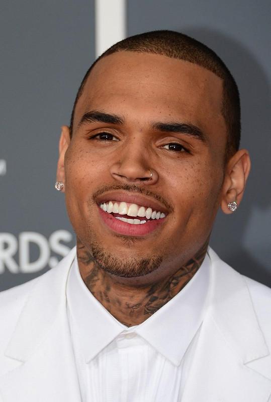 Chrisi Brownovi momentálně asi není moc do smíchu.