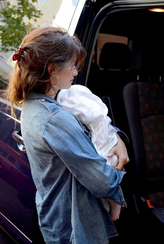 Penélope Cruz nese dceru Lunu.
