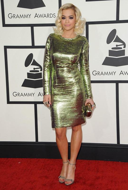 Jako jedna z mála zvolila Rita Ora krátké koktejlky namísto dlouhé velké večerní. Krátké šaty Lanvin v absintově zelené barvě s levandulovým podkladem.