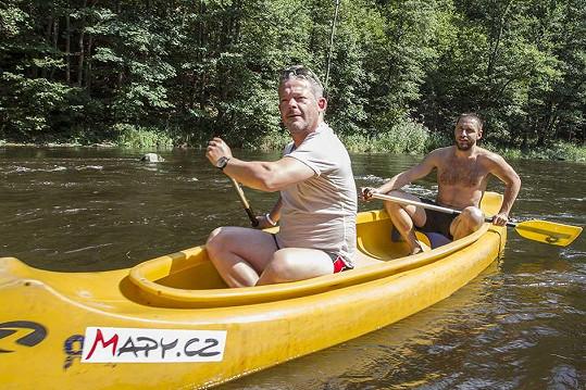 Vltavu herci a muzikanti sjížděli v rámci letní roadshow Jedeme řeky.