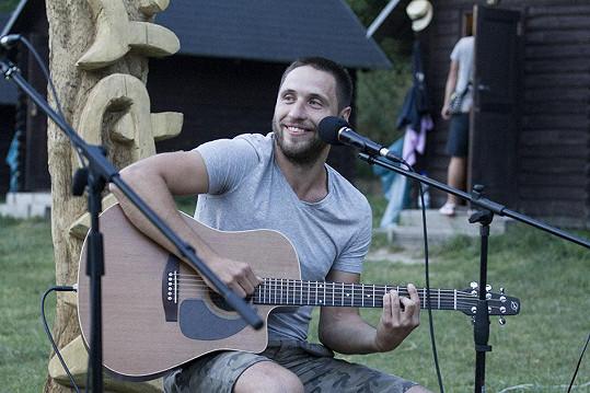 Martin Písařík večer zahrál a zazpíval u táboráku.