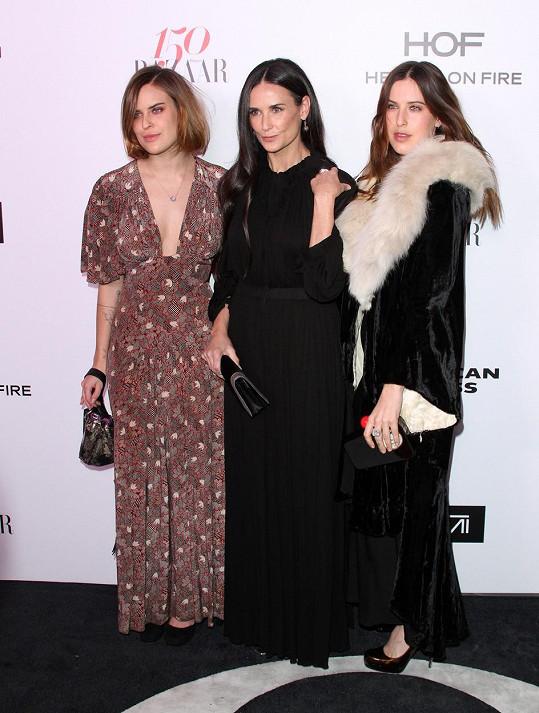 Demi Moore vyvedla na koktejl párty magazínu Harper´s Bazaar dvě ze svých tří dcer.
