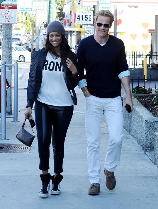 Tyra Banks randí s Erikem Aslou téměř dva roky.