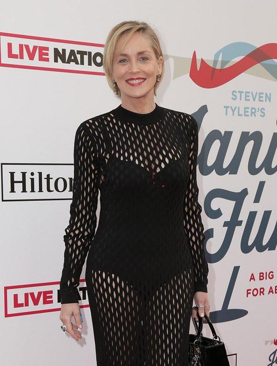 """Sharon Stone si i ve zralém věku udržuje svěží vzhled. """"Moje máma mi v dětství dala kelímek s hydratačním krémem a řekla mi, že si mám čistit a hydratovat pleň ráno i večer, takže to tak dělám,"""" zní jeden z jejích kosmetických tipů."""