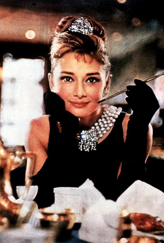 Audrey Hepburn v legenárním filmu Snídaně u Tiffanyho.