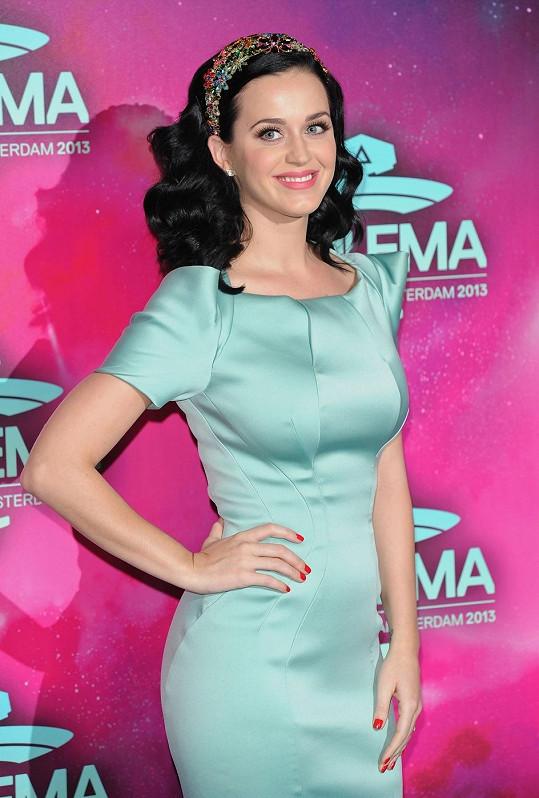 Stejnou čelenkou Lilien Czech se ozdobila i Katy Perry na udílení cen 2013 MTV European Music Awards. Šperk spolu s náušnicemi Chanel doplňoval mátové šaty od Zaca Posena.