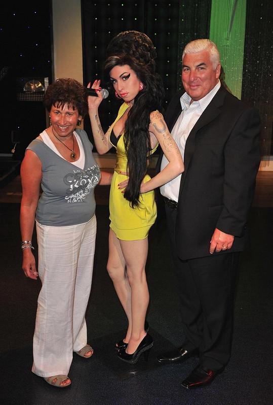 Rodiče Amy Winehouse s její voskovou figurínou na snímku z roku 2008.