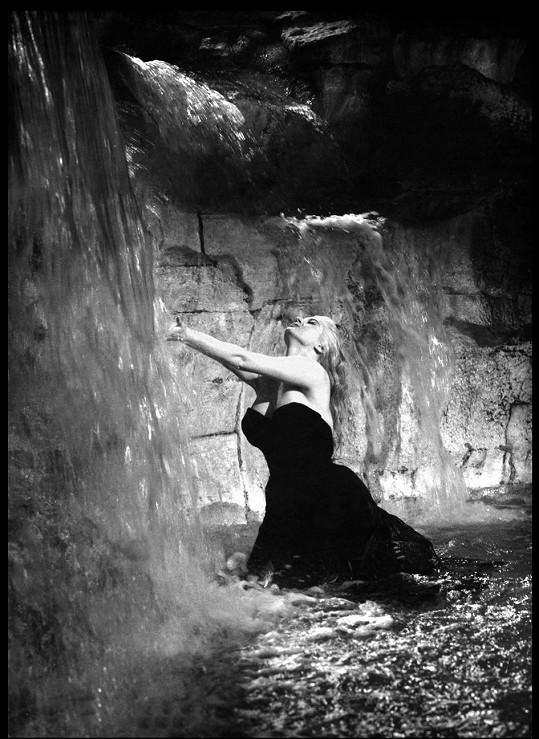 Slavná scéna z filmu Sladký život s Anitou Ekberg ve fontáně