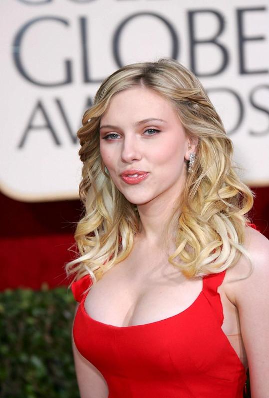Scarlett kdysi sázela na svůj dekolt velmi často. Herečka na snímku z předávání Zlatých glóbů v roce 2006.