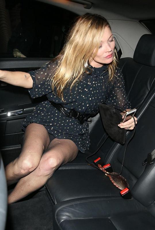 Kate Moss píše manželovi sms, že se dnes zdrží...