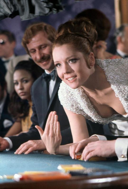 Ve filmu V tajné službě Jejího veličenstva předvedla odvážný dekolt.