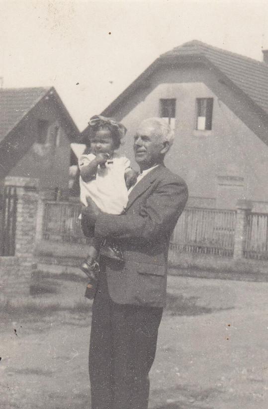 V roce 1952 s dědou Františkem na Zátiší v Rakovníku.