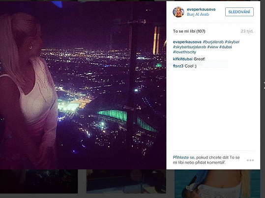Eva si užívá výhledu z Burj Al Arab. V jednom z nejluxusnějších hotelů světa rozhodně nebyla sama.