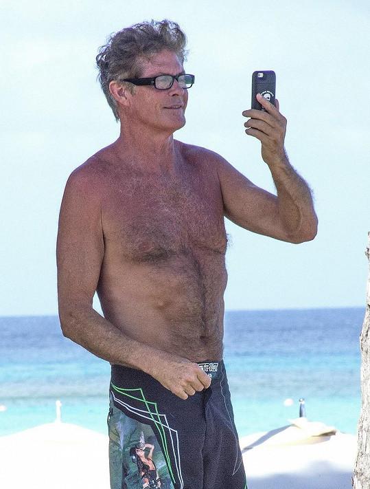Herec, zpěvák a filmový producent si fotil pláž.