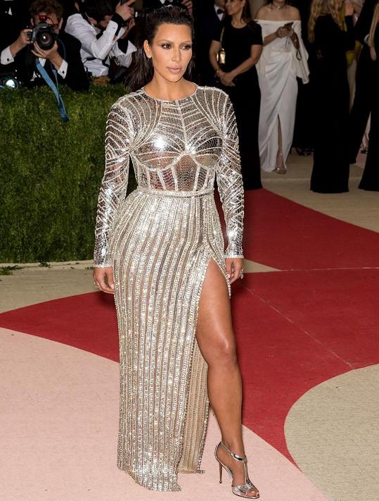 Kim na loňském Met Gala, které se neslo v duchu Manus x Machina: Fashion in an Age of Technology