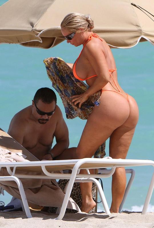 Coco toho na sobě s manželem na pláži moc nemívá.