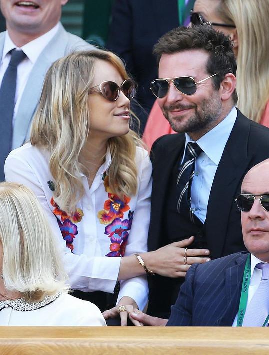 V minulosti byla ve vztahu například i s Bradleym Cooperem.