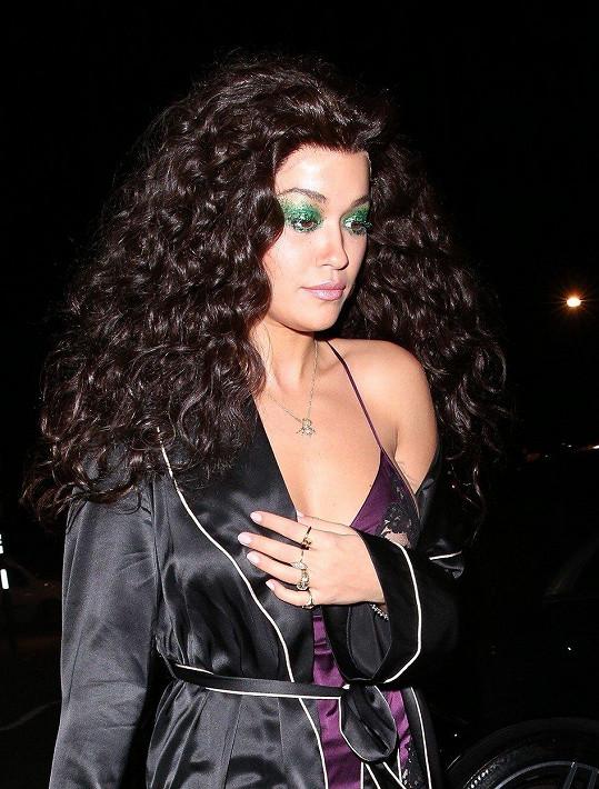 Rita Ora jako Cher z filmu Čarodějky z Eastwicku.