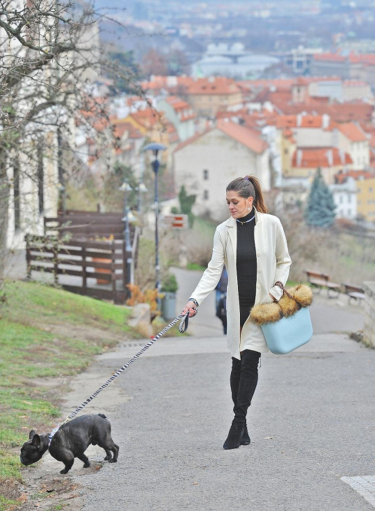 Petra nyní kvůli dceři Adriance, která zde má školu, tráví čas v Praze.