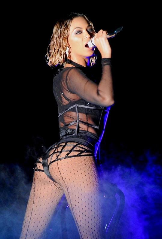Beyoncé špulila pozadí, ale i tak bylo velmi drobné...