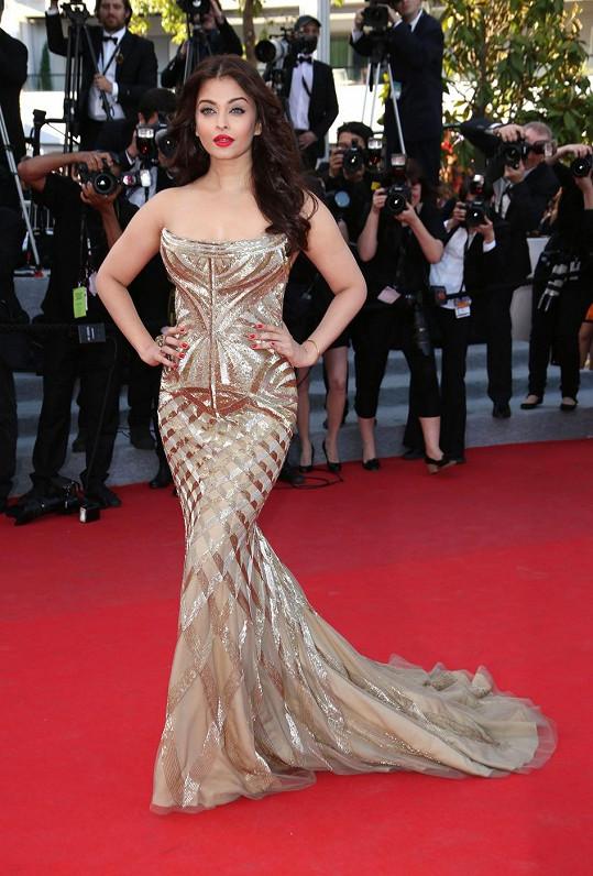 Jako by Roberto Cavalli tyto šaty pro indickou herečku Aishwarya Rai Bachchan vytesal ze zlaté hroudy. Korzetový model bez ramínek v siluetě mořské panny byl vskutku efektní.