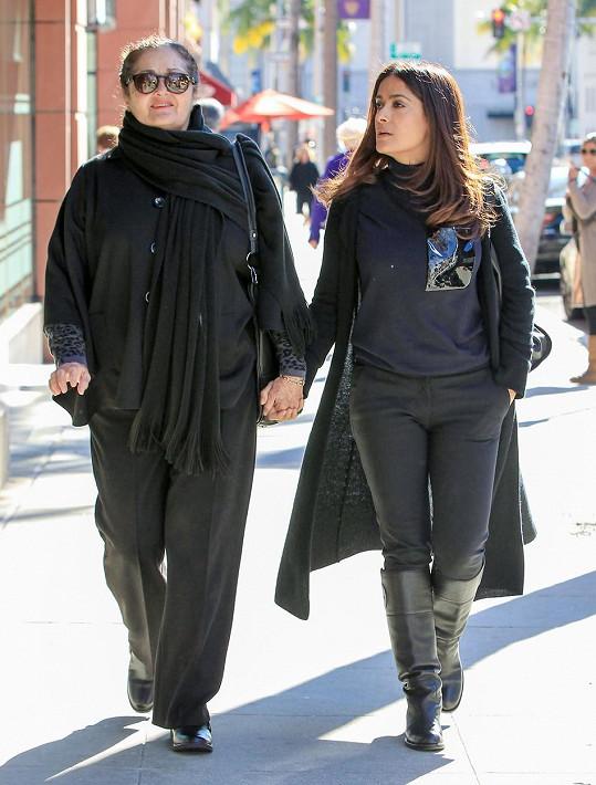 Salma Hayek vyrazila s maminkou na nákupy.