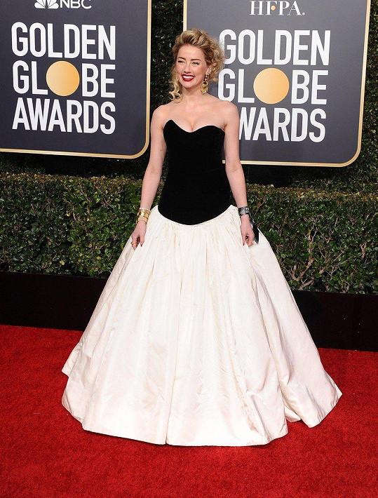Jako zaprášené šaty na maturák z nějaké svatební půjčovny na periferii působí korzetová hrůza v otřepaném černobílém provedení od Monique Lhullier, které měla na sobě Amber Heard.