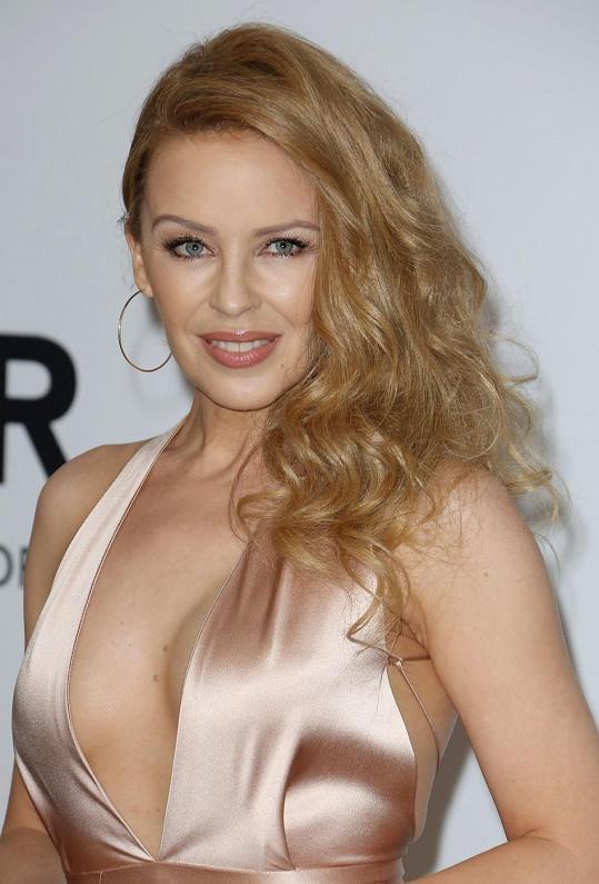 Kylie Minogue ukázala na festivalu i kalhotky.
