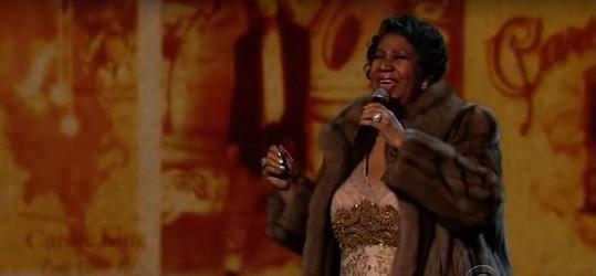 Aretha Franklin v roce 2015 při vystoupení s písní You Make Me Feel.
