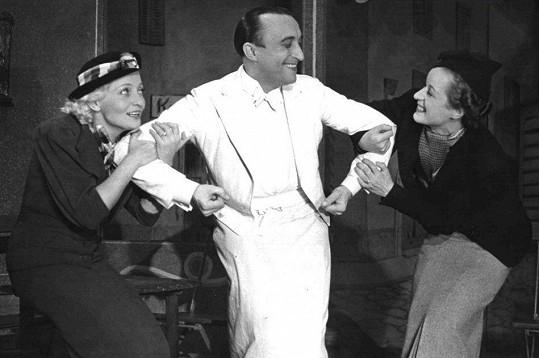 S Oldřichem Novým a Ellou Šárkovou v představení Nového divadla Kavárnička, která se hrála od šestatřicátého roku.
