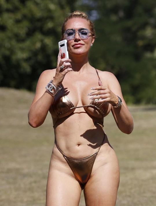 Nedávno se opalovala v parku v titěrných bikinách.