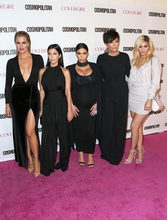 Kris s dcerami Khloé, Kourtney, Kim a Kylie. Kendall zůstala doma.