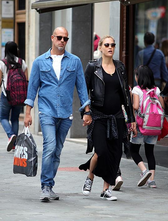 Modelka je šťastně provdaná za obchodníka Adiho Ezru