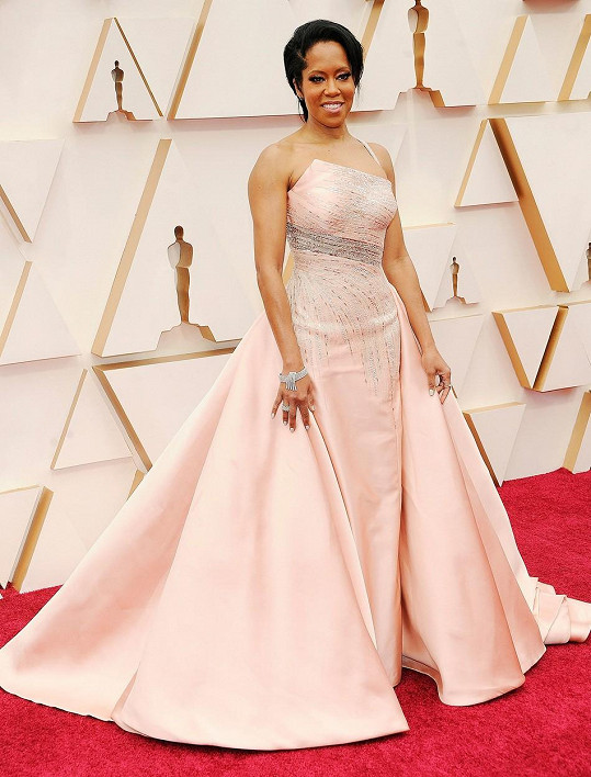 Šaty připomínající rozkvetlou čajovou růži z ateliéru Versace zdobily Reginu King.