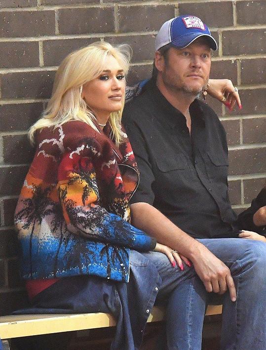 Se zpěvákem Blakem Sheltonem je ve vztahu tři roky.