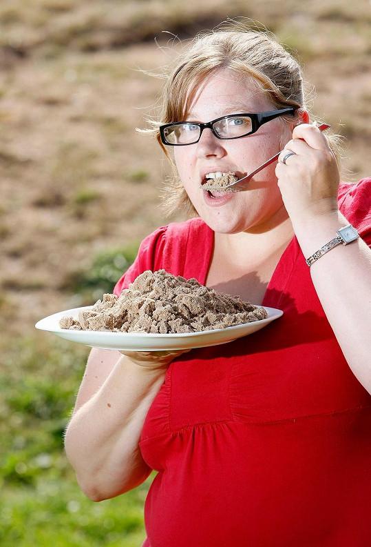 Kelly snědla i několik misek písku denně.