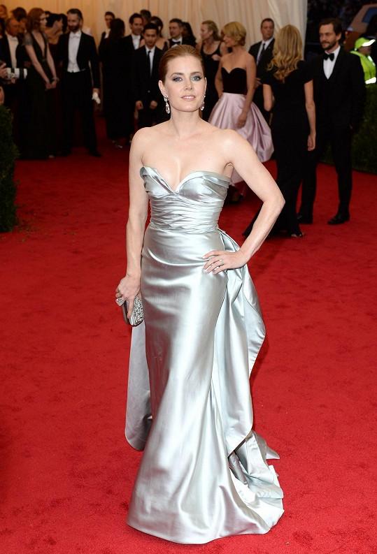 Herečka Amy Adams se nakonec přece jen dočkala svého Oscara. Nikoli zlaté sošky za výkon na stříbrném plátně, ale máme na mysli Oscara de la Rentu, návrháře, který pro ni vytvořil stříbrné šaty s dramaticky řešeným živůtkem a nezvykle vystavěnou sukní.