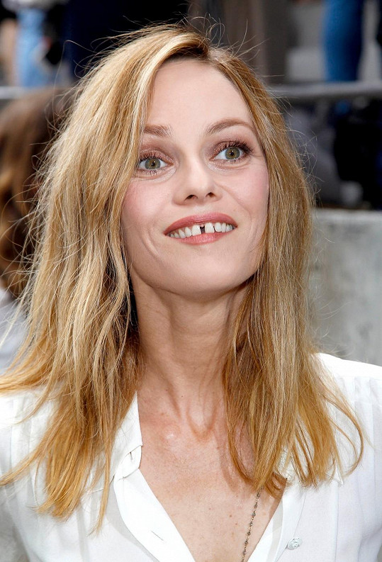 Mezera mezi zuby se jí s věkem rozšířila.