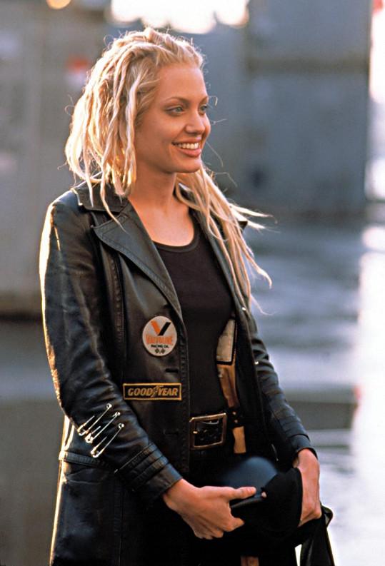 Blond dredy měla Jolie i ve filmu 60 sekund.