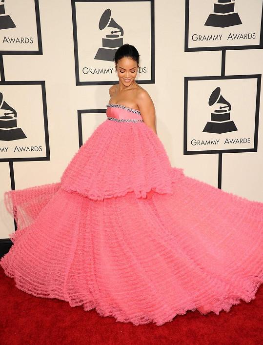 Rihanna si v růžové róbě připadala jako v pohádce...