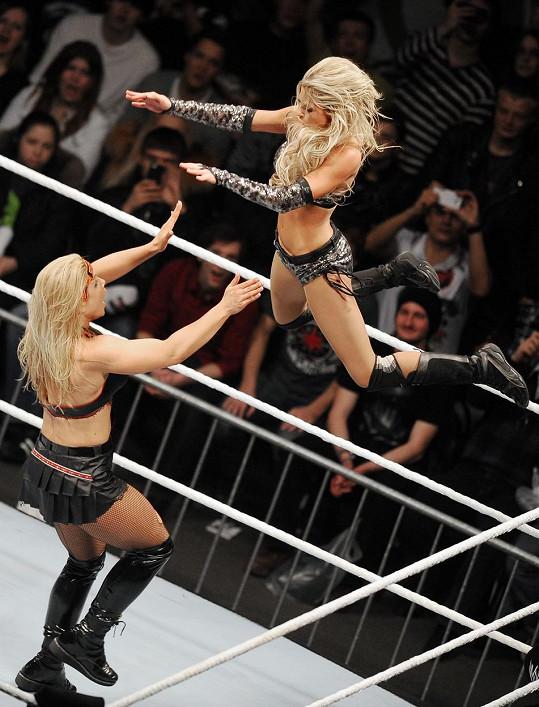 Jako Kelly Kelly (vpravo) při zápasu s Beth Phoenix