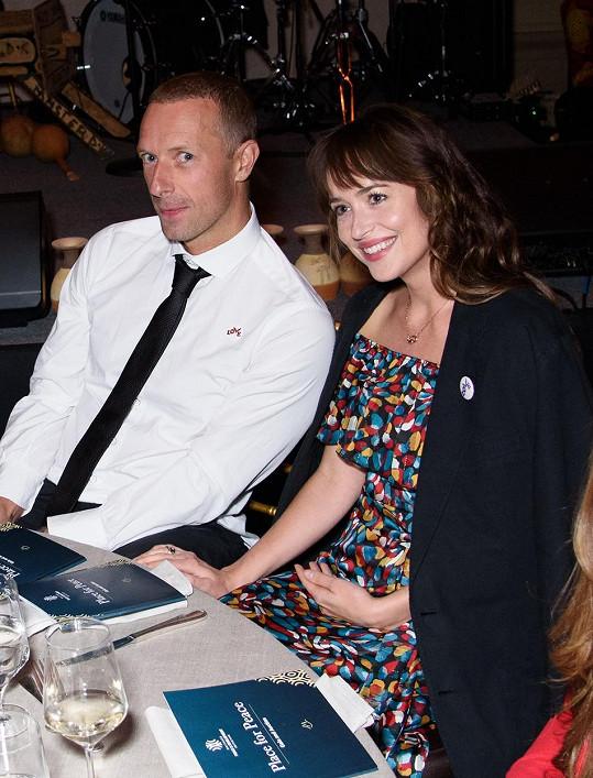 Dakota a zpěvák skupiny Coldplay Chris Martin tvoří pár už dva roky.