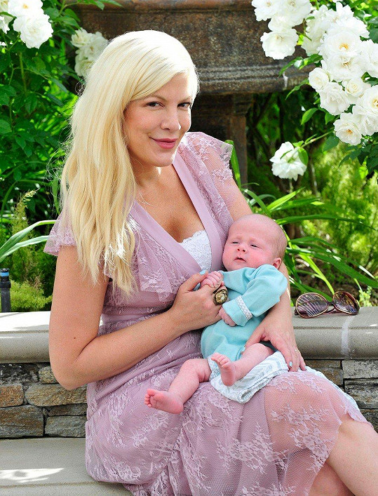 Loni herečka porodila páté dítě.