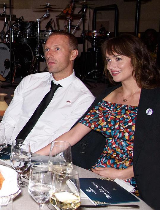Zpěvák Coldplay chodí už nějaký čas s herečkou Dakotou Johnson.